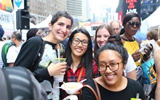 """从左至右:Katie Klark、 Danh Va、Elizabeth O'Malley和Cara Tran在""""亚洲美食节""""现场。 (杜国辉/大纪元)"""