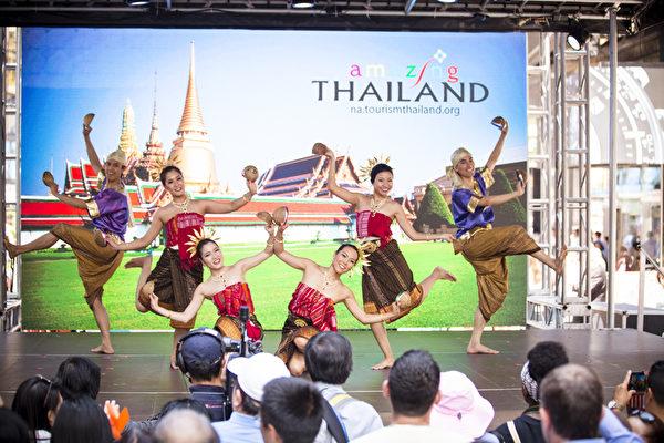 2015年6月26日中午12點,由新唐人電視台和《大紀元時報》聯合主辦的北美最大「亞洲美食節」在紐約時代廣場鳴鑼開幕。泰國舞表演。(愛德華/大紀元)