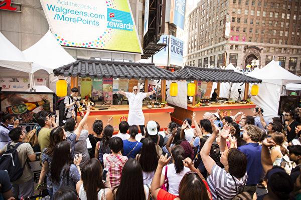 2015年6月26日中午12點,由新唐人電視台和《大紀元時報》聯合主辦的北美最大「亞洲美食節」在紐約時代廣場鳴鑼開幕。百老匯大道42街至43街之間的活動現場擠滿了觀眾。(愛德華/大紀元)