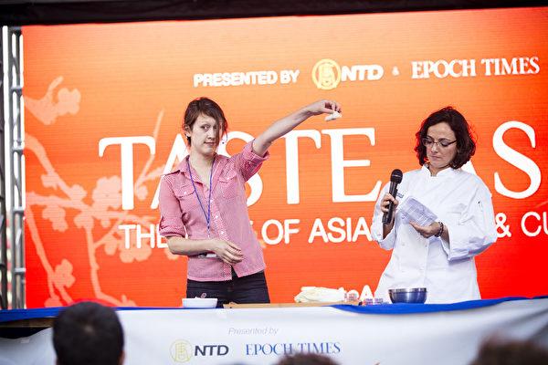 2015年6月26日中午12點,由新唐人電視台和《大紀元時報》聯合主辦的北美最大「亞洲美食節」在紐約時代廣場鳴鑼開幕。現場教授包餃子(愛德華/大紀元)