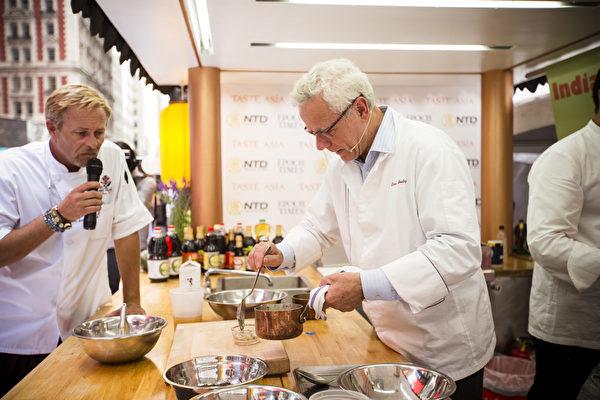 """2015年6月26日中午12点,由新唐人电视台和《大纪元时报》联合主办的北美最大""""亚洲美食节""""在纽约时代广场鸣锣开幕。纽约顶级法餐厨师戴维·布雷。(David Bouley)。(爱德华/大纪元)"""