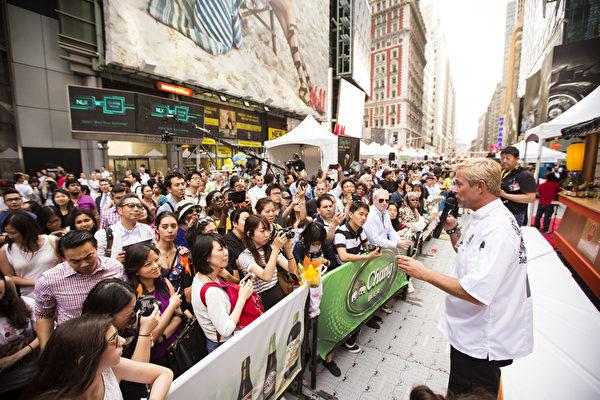 2015年6月26日中午12點,由新唐人電視台和《大紀元時報》聯合主辦的北美最大「亞洲美食節」在紐約時代廣場鳴鑼開幕。曾獲美國美食頻道FOOD NETWORK「至尊主廚」稱號的名廚泰瑞 .弗蘭奇(Terry French)應邀擔任本次活動的明星主持人(愛德華/大紀元)(愛德華/大紀元)
