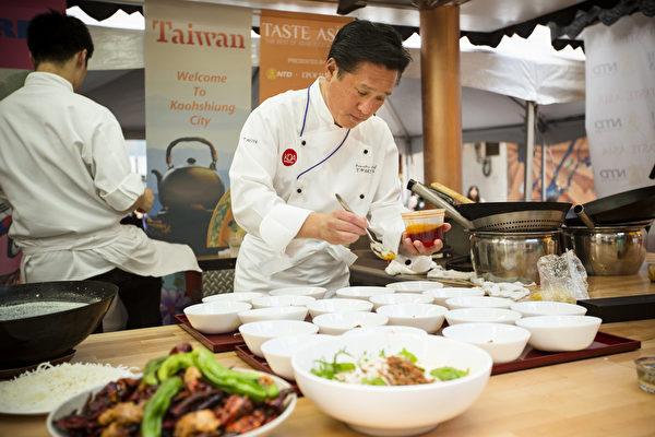 """2015年6月26日中午12点,由新唐人电视台和《大纪元时报》联合主办的北美最大""""亚洲美食节""""在纽约时代广场鸣锣开幕。专程远道而来的日本皇家御厨胁屋友词(Yuji Wakiya)将为观众用同样的材料做出不同风格的日本菜(爱德华/大纪元)"""