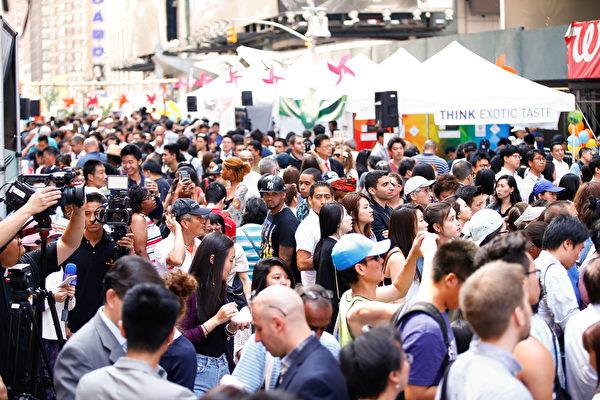 """2015年6月26日,北美最大""""亚洲美食节""""在纽约时代广场开幕。13位来自日本和美加的名厨现场烹饪,40个亚洲商家展示各种风味,多种多样的美食和饮品小样,活动现场挤满了饕客。 (戴兵/大纪元)"""