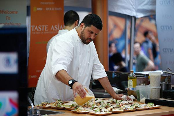 """2015厨技大赛2015年6月26日,北美最大""""亚洲美食节""""在纽约时代广场开幕,名厨现场烹饪。(戴兵/大纪元)"""