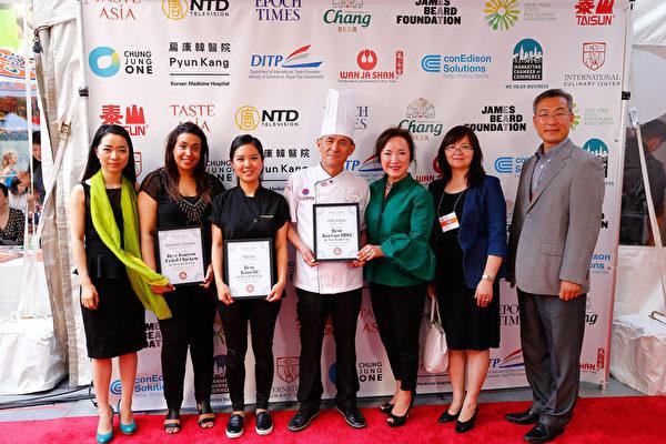 missKOREA获得最佳韩国烤肉餐馆大奖,社长李善慧(右三)参加了颁奖仪式。(戴兵/大纪元)