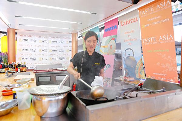 Mokbar 餐馆获得最佳韩国泡菜奖,餐馆著名美女主厨Esther Choi在现场展示厨技。(戴兵/大纪元)