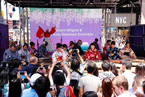 時代廣場上充滿了濃濃的亞洲風情,日本古筝悠揚鏗鏘,彷彿把人帶到了日本王朝時代。(戴兵/大紀元)