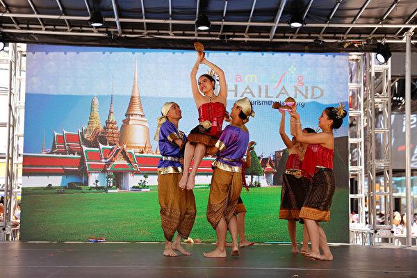 泰國椰子殼舞生動可愛,東南亞特色濃郁。(戴兵/大紀元)