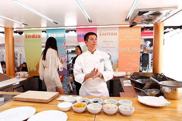 粵菜頂級名廚羅子昭在亞洲美食節上做廚藝表演。(戴兵/大紀元)