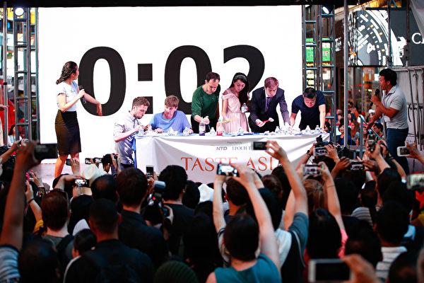 2015廚技大賽暨亞洲美食節上舉行的吃餃子比賽。(戴兵/大紀元)