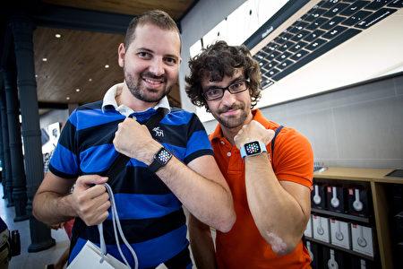 2015年6月26日,西班牙马德里,苹果手表在意大利、墨西哥、新加坡、韩国、西班牙、瑞士和台湾发售。图为西班牙果粉开心的展示他们的战利品。(Pablo Cuadra/Getty Images for Apple)