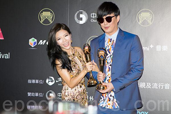 蕭煌奇(右)與李愛綺在第26屆金曲獎中,分別獲頒最佳台語男、女歌手獎。(許基東/大紀元)