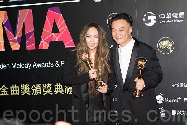 香港歌手陳奕迅(右)與台灣歌手張惠妹喜獲金曲歌王歌后。(許基東/大紀元)