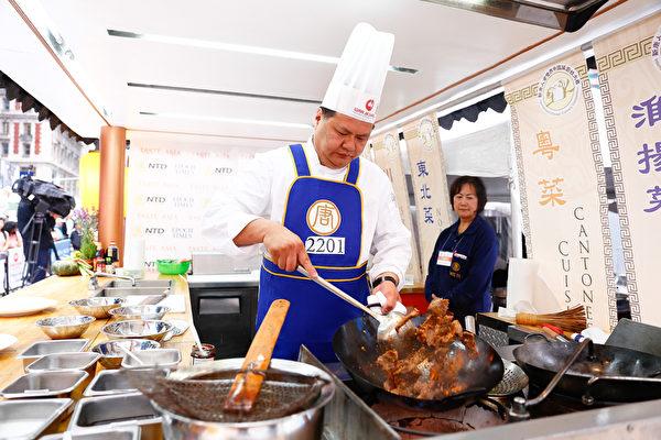 2015年6月27日,第七届新唐人全世界中国菜厨技大赛决赛正式在纽约时代广场隆重开场。第一轮决赛选手叶乐明正在准备菜式。(戴兵/大纪元)
