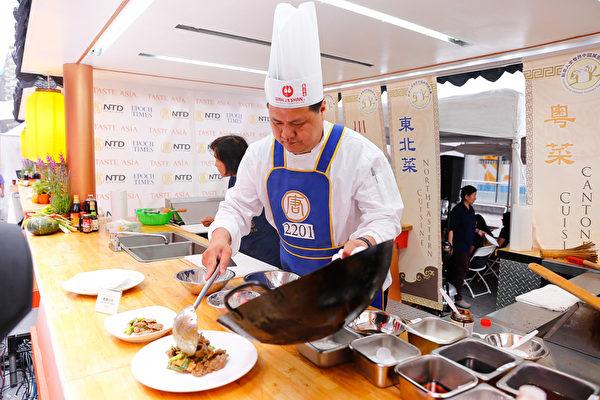 2015年6月27日,第七届新唐人全世界中国菜厨技大赛决赛正式在纽约时代广场隆重开场。第一轮粤菜决赛选手叶乐明正在准备菜式。(戴兵/大纪元)