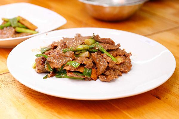 2015年6月27日,第七屆新唐人全世界中國菜廚技大賽決賽正式在紐約時代廣場隆重開場。這是粵菜選手葉樂明的第一道菜:「蔥爆牛肉」。(戴兵/大紀元)