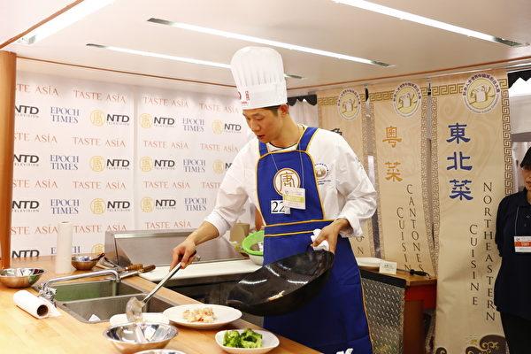 6月27日,第七届新唐人全世界中国菜厨技大赛决赛在纽约时代广场盛大开幕。图为获得五大菜系中的粤菜金奖的甘家亮师傅在准备菜式。(戴兵/大纪元)
