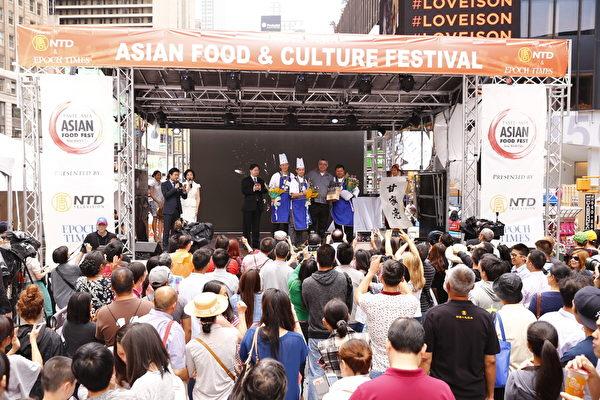 2015年6月27日,第七届新唐人全世界中国菜厨技大赛决赛正式在纽约时代广场隆重开场。图为现场宣布粤菜组获奖名单及颁奖。(戴兵/大纪元)