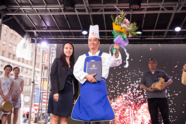 2015年6月27日,第七屆新唐人全世界中國菜廚技大賽決賽正式在紐約時代廣場隆重開場。來自美國的張濟光獲得了東北菜組決賽優秀獎。(戴兵/大紀元)