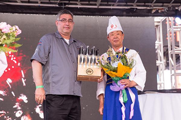 2015年6月27日,第七届新唐人全世界中国菜厨技大赛决赛正式在纽约时代广场隆重开场。来自美国的严哲获得了东北菜组决赛铜奖。(戴兵/大纪元)
