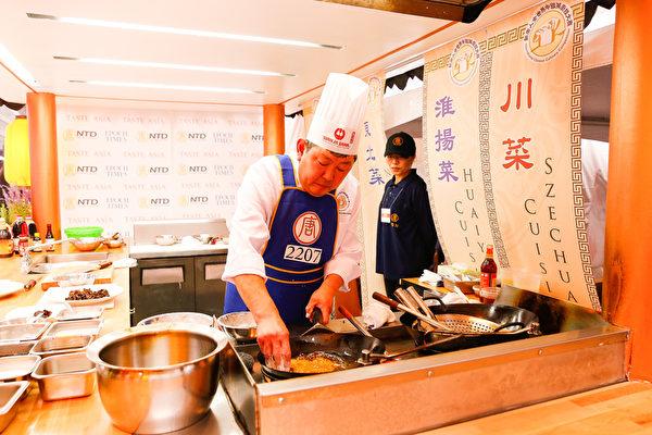 6月27日,来自美国马里兰的鲁菜师傅吴守功在纽约时代广场参加第七届新唐人全世界中国菜厨技大赛决赛。(戴兵/大纪元)