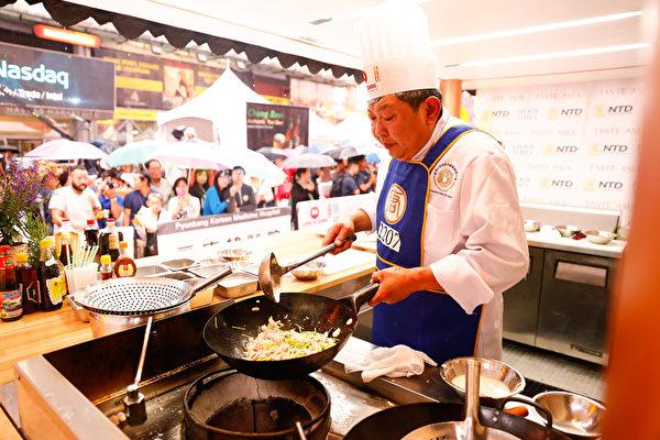 6月27日,鲁菜师傅吴守功在纽约时代广场参加第七届新唐人全世界中国菜厨技大赛决赛。(戴兵/大纪元)