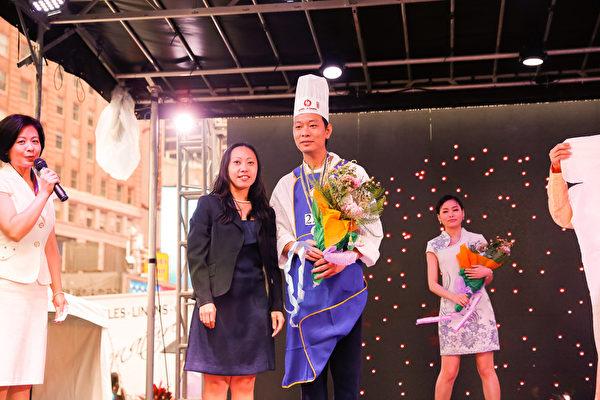 6月27日,第七届新唐人全世界中国菜厨技大赛决赛在纽约时代广场盛大开幕。来自纽约的黄维荣获鲁菜组银奖。(戴兵/大纪元)