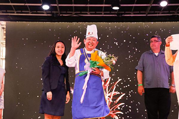 6月27日,第七届新唐人全世界中国菜厨技大赛决赛在纽约时代广场盛大开幕。在鲁菜组比赛中,吴守功师傅获得铜奖。(戴兵/大纪元)
