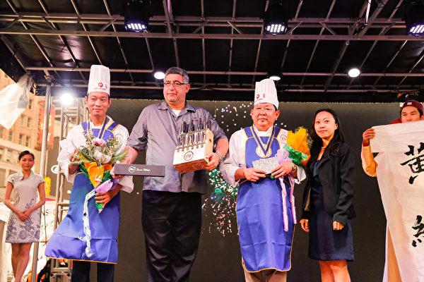 6月27日,第七届新唐人全世界中国菜厨技大赛决赛在纽约时代广场盛大举行。纽约的黄维(左一)与马里兰的吴守功师傅(右二)分别获得了鲁菜组的银奖和铜奖。(戴兵/大纪元)