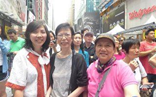 """纽约布碌崙互信医学中心的施雅娜女士(左一)和老朋友傅美兰(中)、傅美莉(右)挤在中央舞台前的第一排观看节目,三人兴奋地说:""""我们乐在其中""""。(蔡溶/大纪元)"""