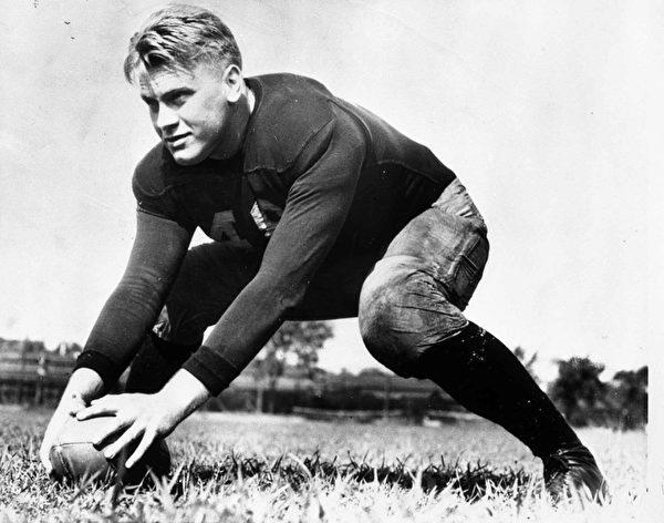 福特總統年輕時打橄欖球,最終成為密歇根大學球隊的中鋒。(維基百科公共領域)