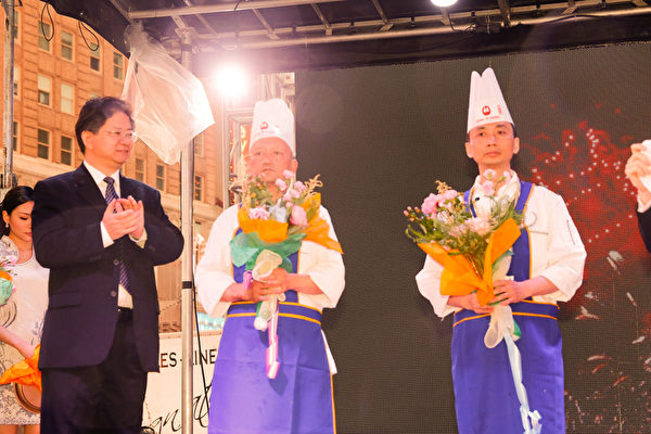 6月27日,第七届新唐人全世界中国菜厨技大赛决赛落幕。朱军(右一)和来自美国俄亥俄州克里夫兰市的马本杰(中)赢得川菜组比赛银奖。新唐人总裁唐忠(左一)为获奖者颁奖。(戴兵/大纪元)