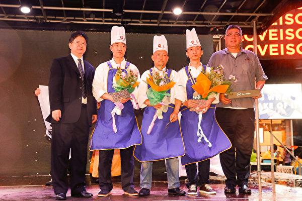 6月27日,第七屆新唐人世界中國菜廚技大賽決賽落幕。來自加拿大的朱軍(右二)、來自美國俄亥俄州的馬本傑(中)贏得川菜組比賽銀獎,銅獎獲得者為來自俄亥俄州的趙克峰(左二)。新唐人總裁唐忠(左一)為獲獎者頒獎。(戴兵/大紀元)