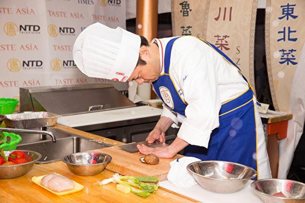 日本廚師上田忠義已經做了28年中國菜。(戴兵/大紀元)