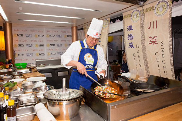 來自加拿大多倫多的淮揚菜大廚王道生獲得本屆大賽銀獎。(戴兵/大紀元)
