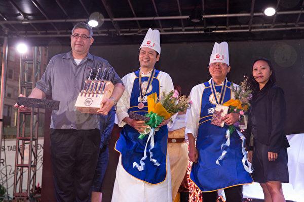 6月27日,第七屆新唐人全世界中國菜廚技大賽決賽頒獎現場。王道生(右二)獲得銀牌,上田忠義(左二)獲得銅牌。(戴兵/大紀元)