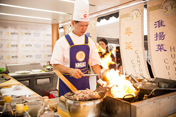 來自加拿大的溫禧明在比賽中,以粵菜「蔥爆牛肉」贏得評委佳評。(愛德華/大紀元)