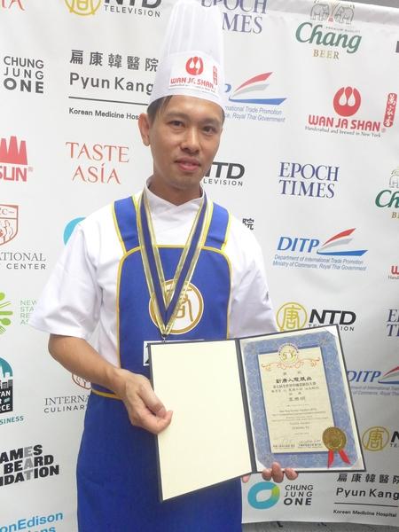 加拿大多伦多老友记餐厅主厨温禧明获得粤菜组银奖,开心表示,下一年还要再来参赛。(蔡溶/大纪元)