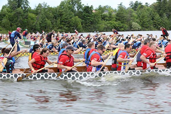 龙舟节在穆尼斯湾公园(Mooney's Bay Park)四天的庆祝活动集运动、竞技、娱乐和艺术欣赏于一体,还提供儿童游乐区和娱乐音乐演出等多个舞台。(任乔生/大纪元)