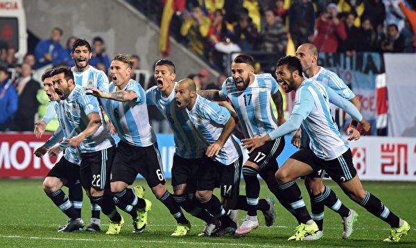 经过七轮点球大战,连续五人射丢,阿根廷点球淘汰哥伦比亚晋级美洲杯四强。(PABLO PORCIUNCULA/AFP/Getty Images)