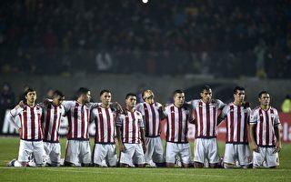 巴拉圭队点球淘汰巴西队。图为巴拉圭球员跪地祈祷上天保佑队友罚进点球。(JUAN MABROMATA/AFP/Getty Images)