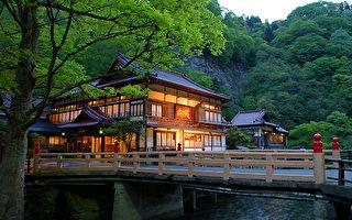 日本向泷旅馆位在福岛县,以其精细复杂的建筑,列为 日本第1个登录的有形文化遗产。旅客在向泷旅馆,可 悠游在历史的时光中、体验百年的日本建筑之美。 (乐天旅游提供)