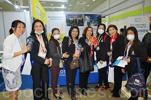 2015世界护士大会6月19~23日在韩国首尔国际会展中心(Ceox)举行。来自世界各国的与会者在反对中共强摘器官的展位前合影。(金国焕/大纪元)
