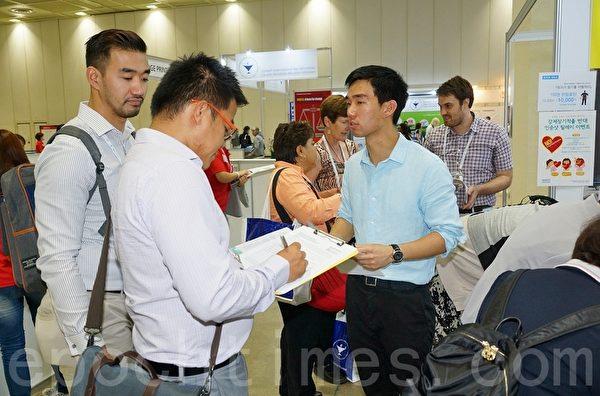 2015世界护士大会6月19~23日在韩国首尔国际会展中心(Ceox)举行。来自世界各国的医护人员、专家教授、政府官员在会展现场签名反对中共活摘器官。(金国焕/大纪元)