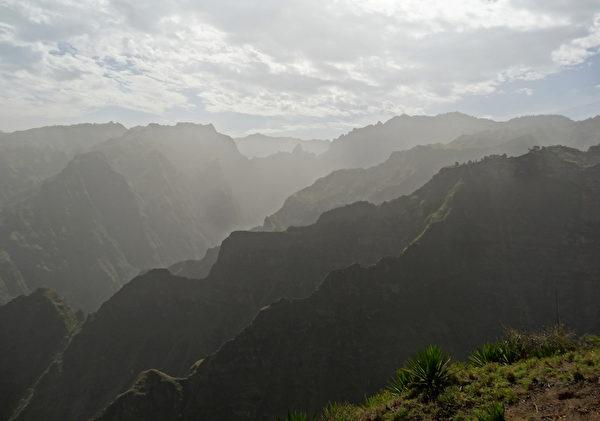 佛得角圣安唐岛上的山脉(DANIEL SLIM/AFP)