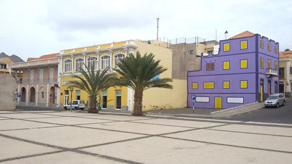 佛得角圣维森特岛明德卢市中心的彩色建筑物(DANIEL SLIM/AFP)