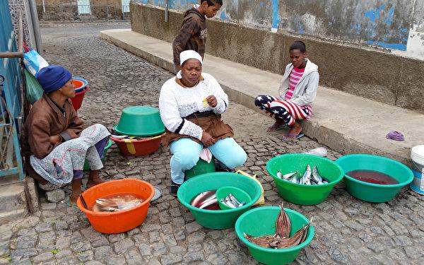佛得角圣安唐岛城市波多诺伏街道的鱼贩 (DANIEL SLIM/AFP)
