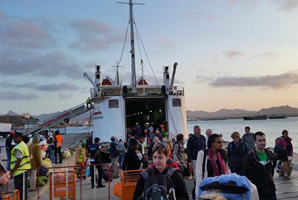 佛得角圣文森特岛格兰德港旅客(DANIEL SLIM/AFP)