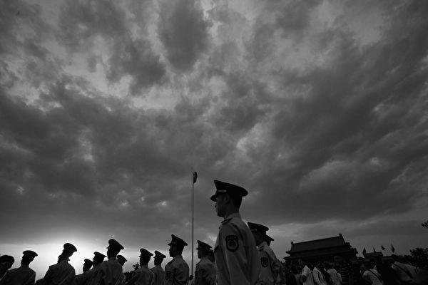 """中共的统治便陷入了一个""""维稳—民怨—镇压—维稳""""的死循环,这个循环的尽头便是中共邪党的覆灭。(Feng Li/Getty Images)"""